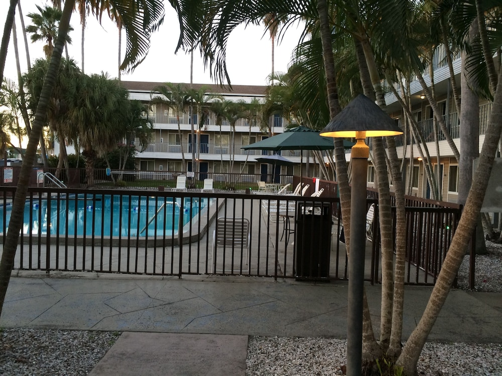 Outdoor Pool, Lantern Inn & Suites