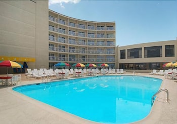 Outdoor Pool, Quality Inn & Suites Oceanfront