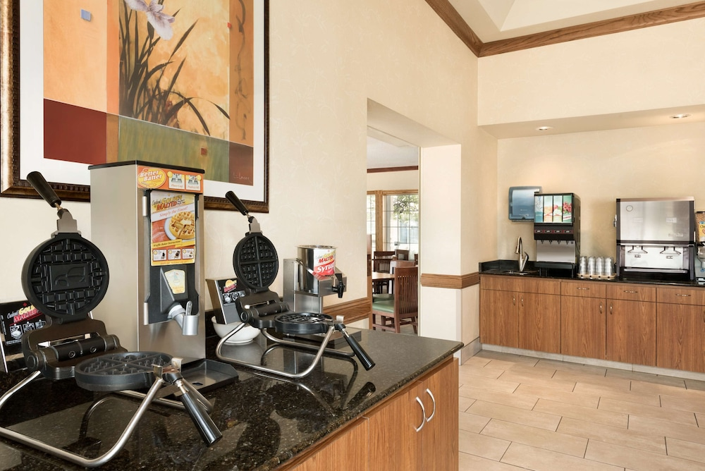 Breakfast Area, Country Inn & Suites by Radisson, Chanhassen, MN