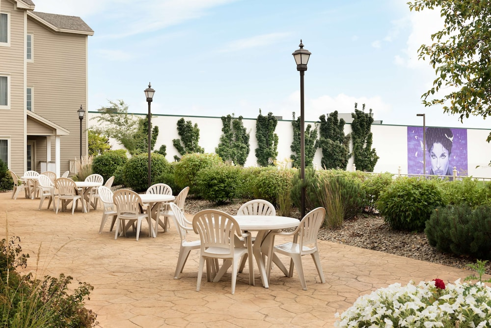 Terrace/Patio, Country Inn & Suites by Radisson, Chanhassen, MN