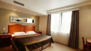 Een kluis op de kamer, een bureau, een strijkplank/strijkijzer, wifi