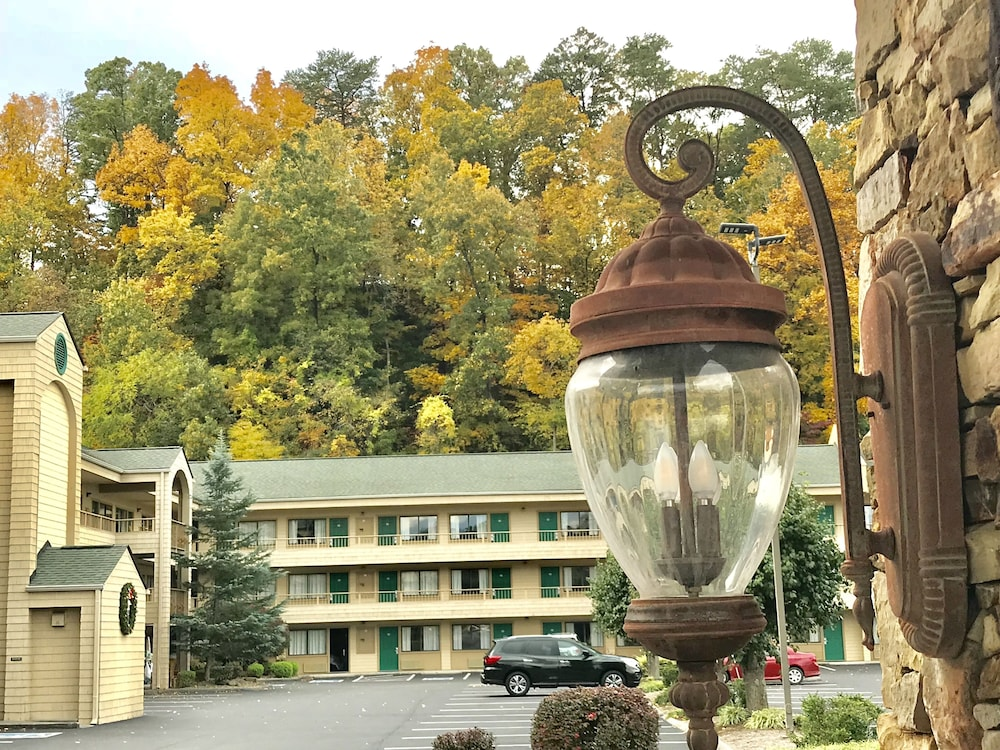 Property Grounds, Quality Inn And Suites Dollywood