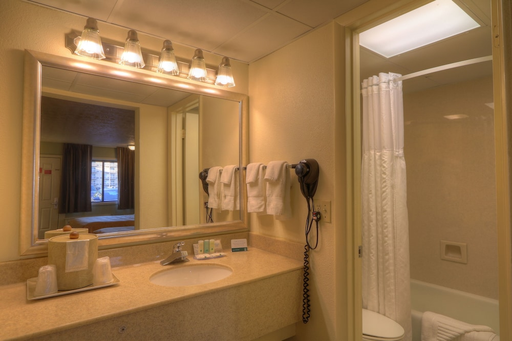 Bathroom, Quality Inn And Suites Dollywood