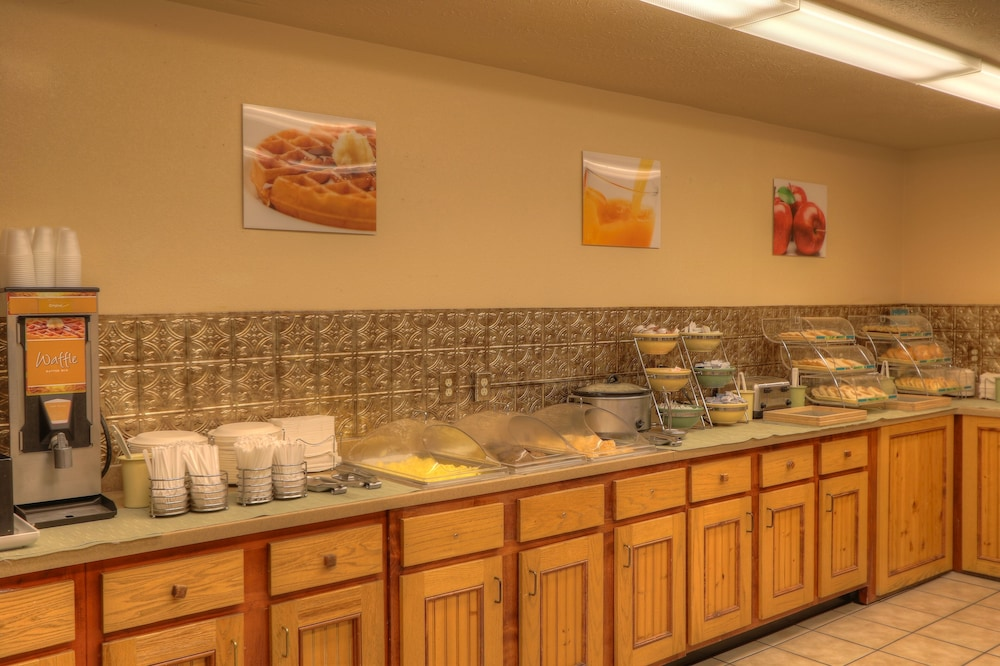 Breakfast buffet, Quality Inn And Suites Dollywood
