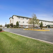 Super 8 by Wyndham Milwaukee Airport