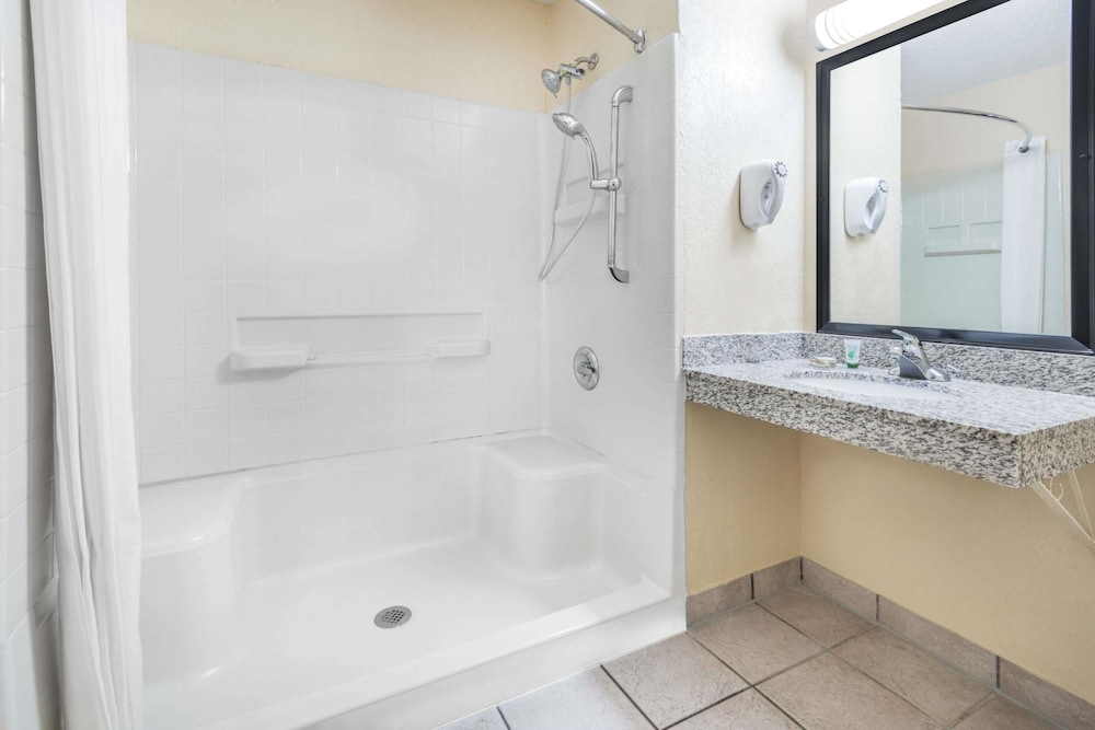 Bathroom, Super 8 by Wyndham Kansas City at Barry Road/Airport