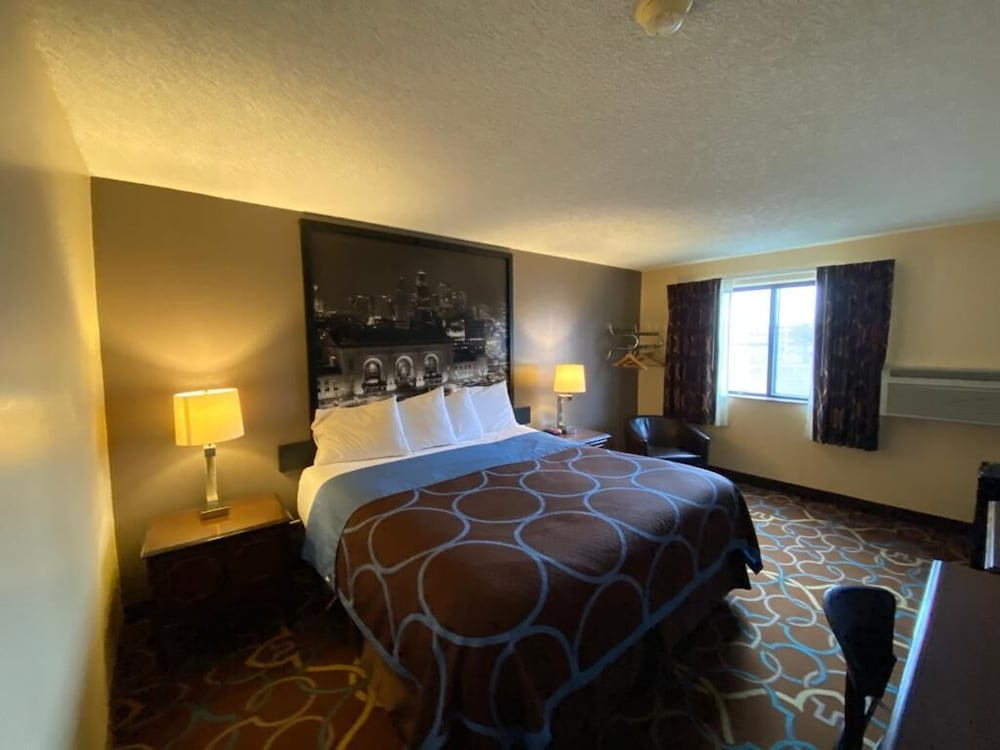 Room, Super 8 by Wyndham Kansas City at Barry Road/Airport