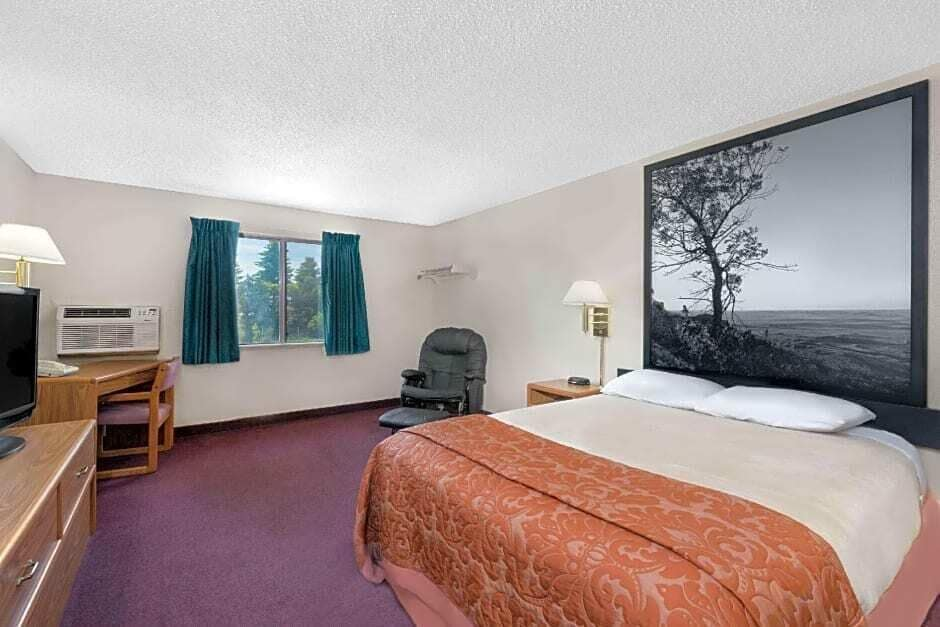 Room, Super 8 by Wyndham Valley City
