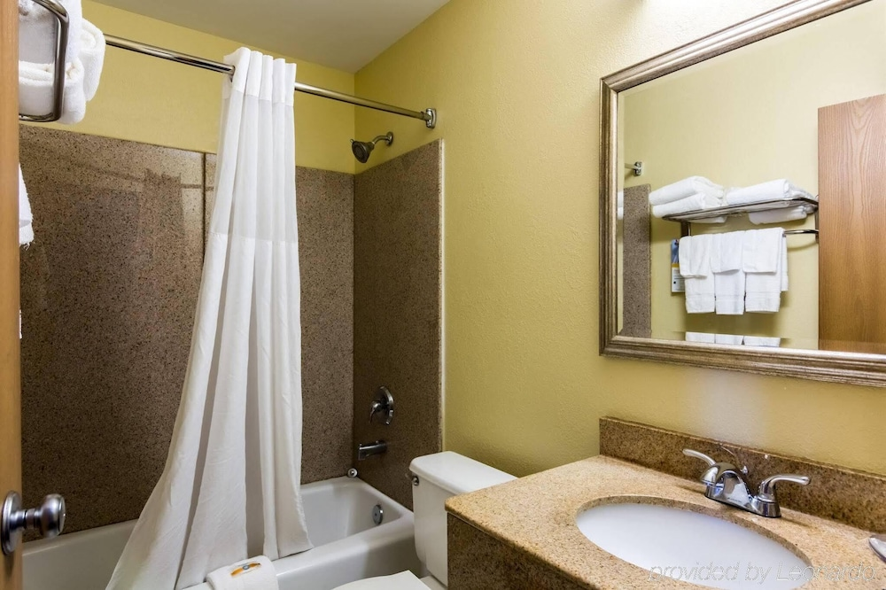 Bathroom, City Center Inn Newport News-Hampton