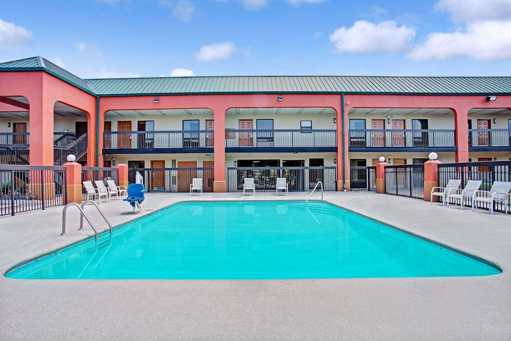 Pool, Super 8 by Wyndham Knoxville East