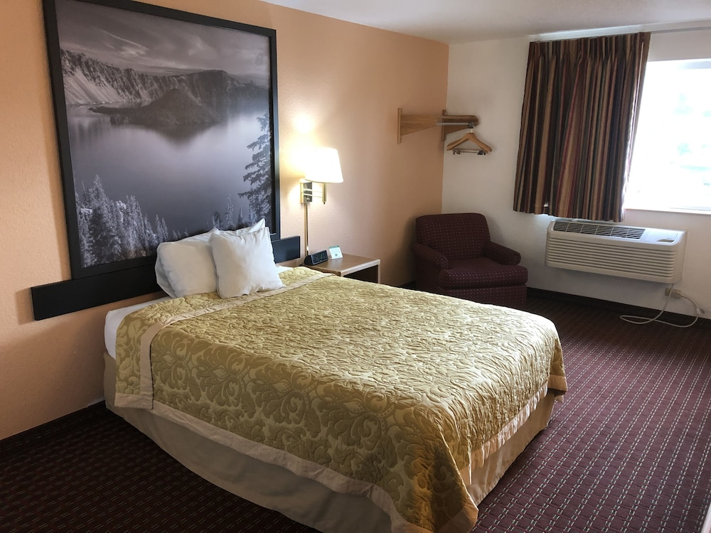 Room, Super 8 by Wyndham The Dalles OR