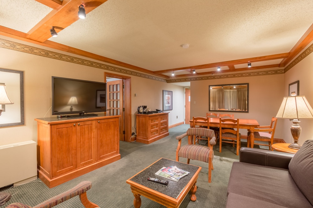Living Area, Banff Park Lodge