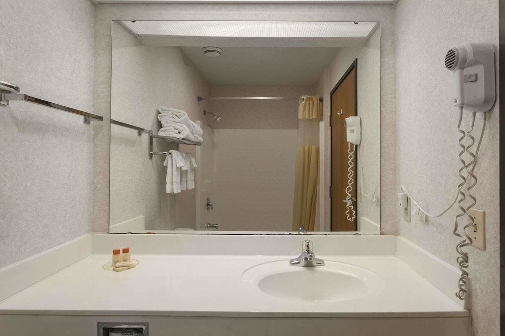 Bathroom, Days Inn by Wyndham Jefferson City