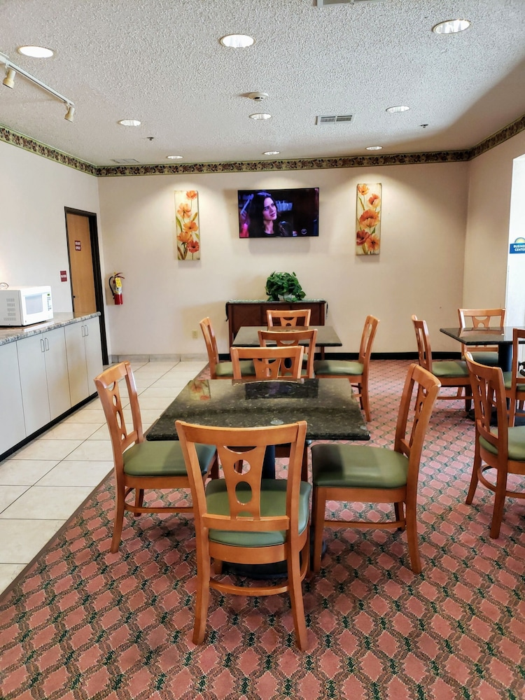 Breakfast Area, Days Inn by Wyndham Jefferson City