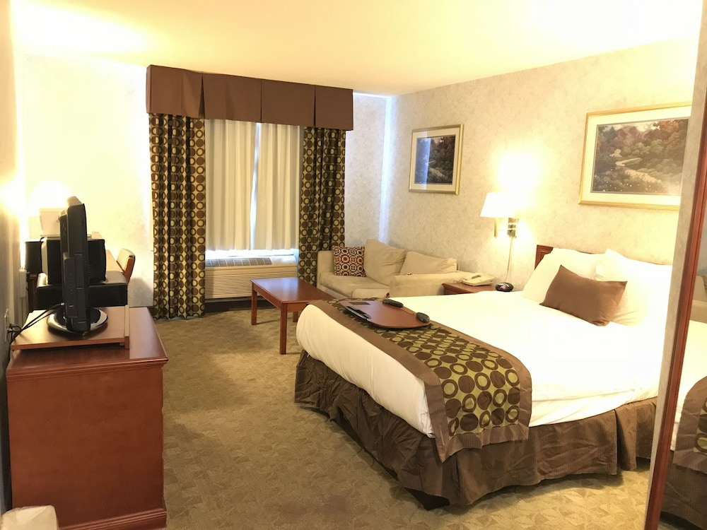Room, Lexington Inn & Suites Windsor