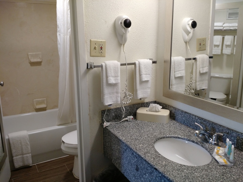 Bathroom, Quality Inn & Suites Conference Center