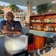Bar en milieu de piscine