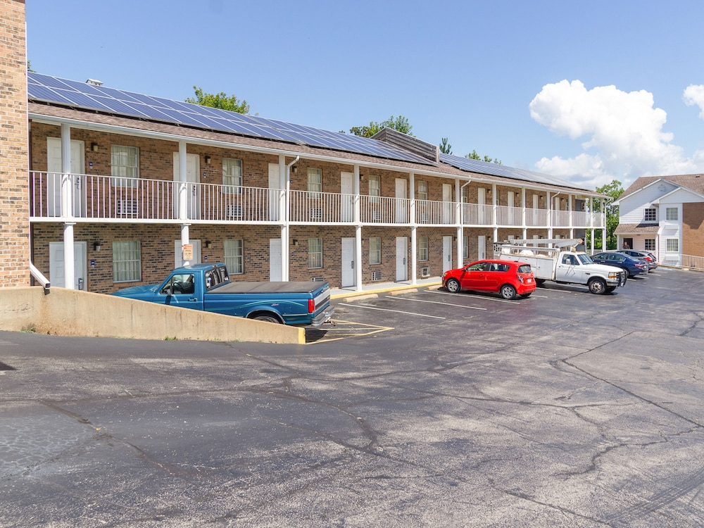 Parking, OYO Hotel Osage Beach by Lake of the Ozarks