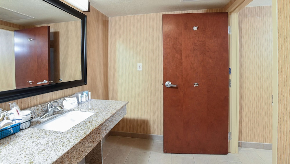 Bathroom, Hampton Inn Dry Ridge