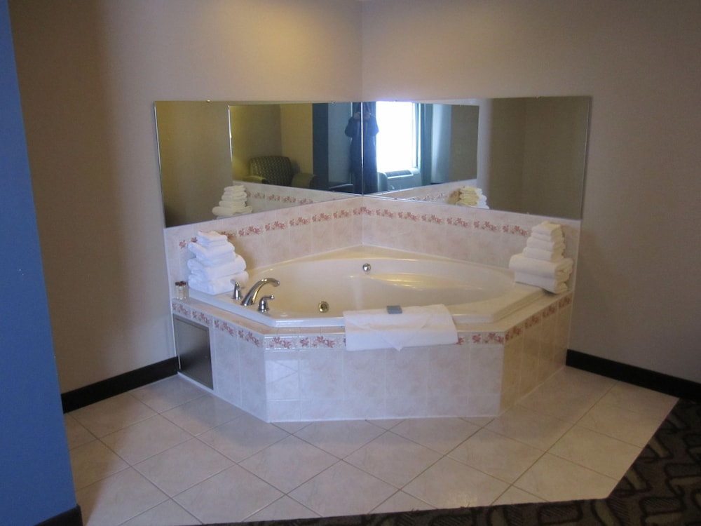 Deep Soaking Bathtub, Hampton Inn Latrobe