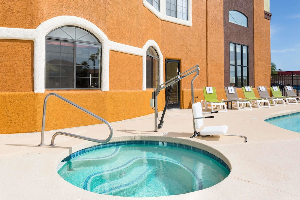 Pool, Days Inn & Suites by Wyndham Tucson/Marana