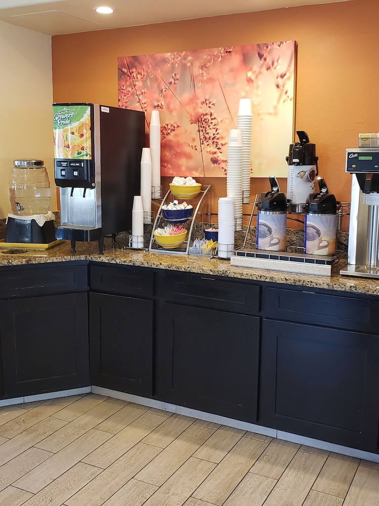 Breakfast Area, Days Inn & Suites by Wyndham Tucson/Marana