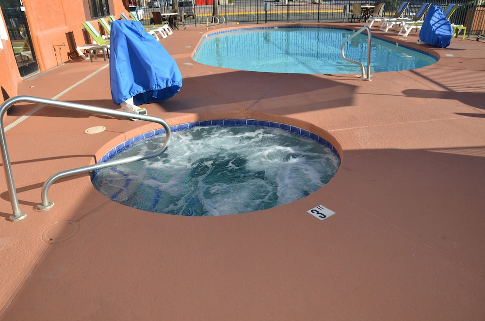 Outdoor Spa Tub, Days Inn & Suites by Wyndham Tucson/Marana