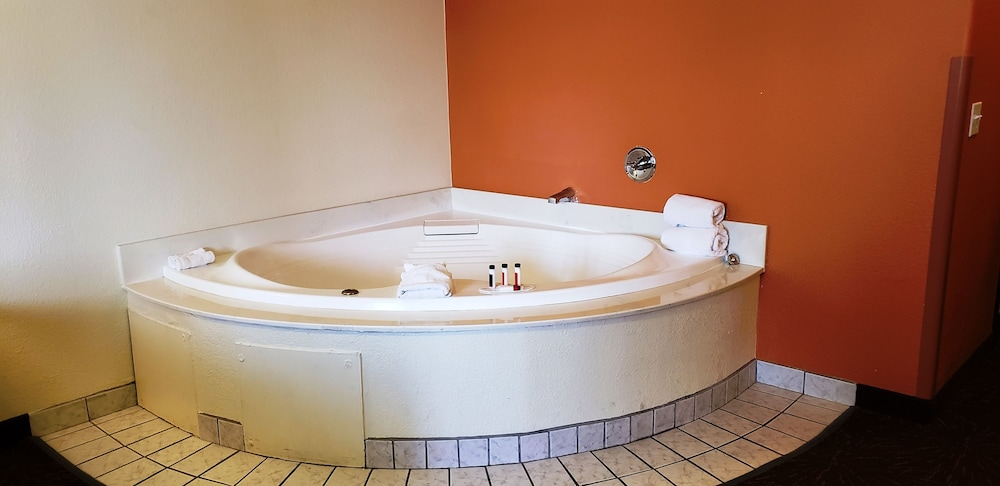 Deep Soaking Bathtub, Days Inn & Suites by Wyndham Tucson/Marana