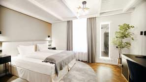 Minibar, blendingsgardiner, wi-fi (inkludert) og sengetøy