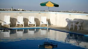 Außenpool (je nach Saison geöffnet), Sonnenschirme, Liegestühle
