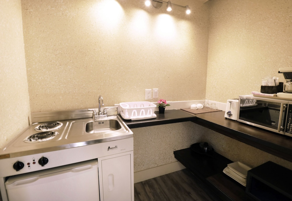 Private Kitchenette, Riviera on Robson Suites Hotel Downtown Vancouver