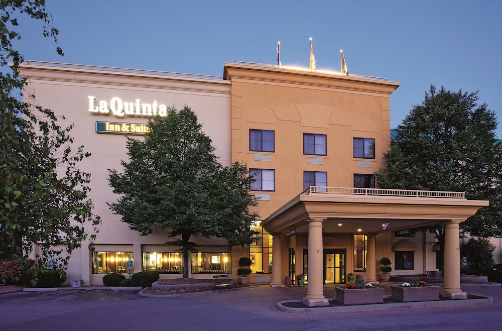 Book la quinta inn suites milwaukee bayshore area for Five star hotels in milwaukee