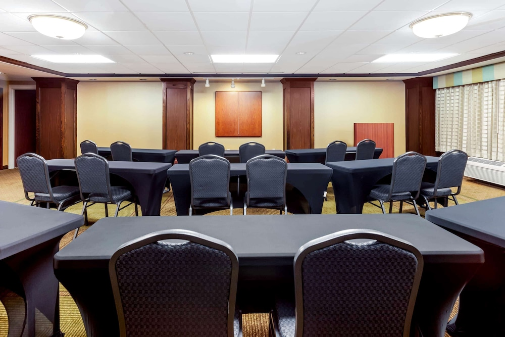 Meeting Facility, La Quinta Inn & Suites by Wyndham Milwaukee Bayshore Area
