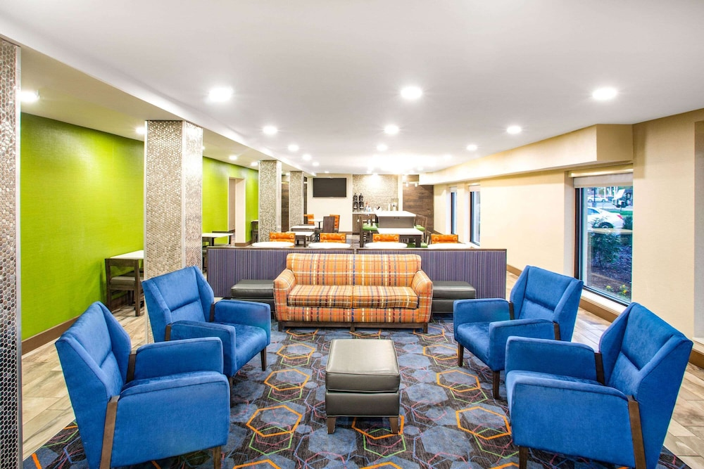 Lobby, La Quinta Inn by Wyndham St. Louis Hazelwood - Airport North