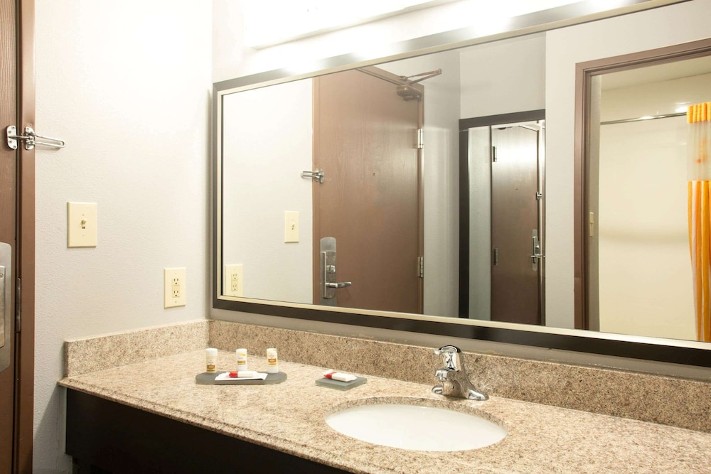 Bathroom, La Quinta Inn by Wyndham St. Louis Hazelwood - Airport North