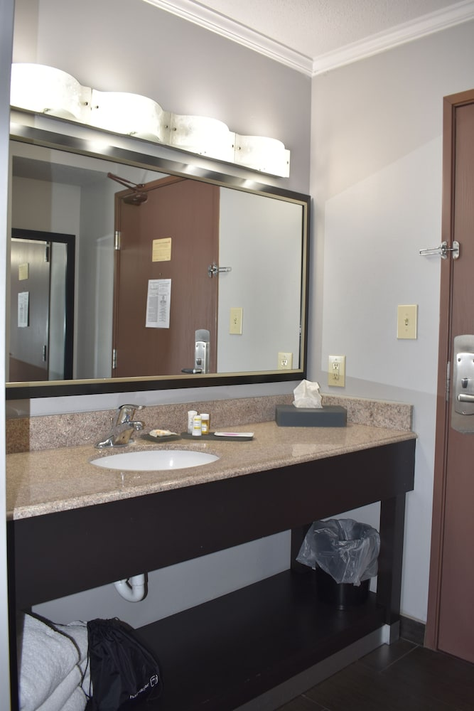 Bathroom Sink, La Quinta Inn by Wyndham St. Louis Hazelwood - Airport North