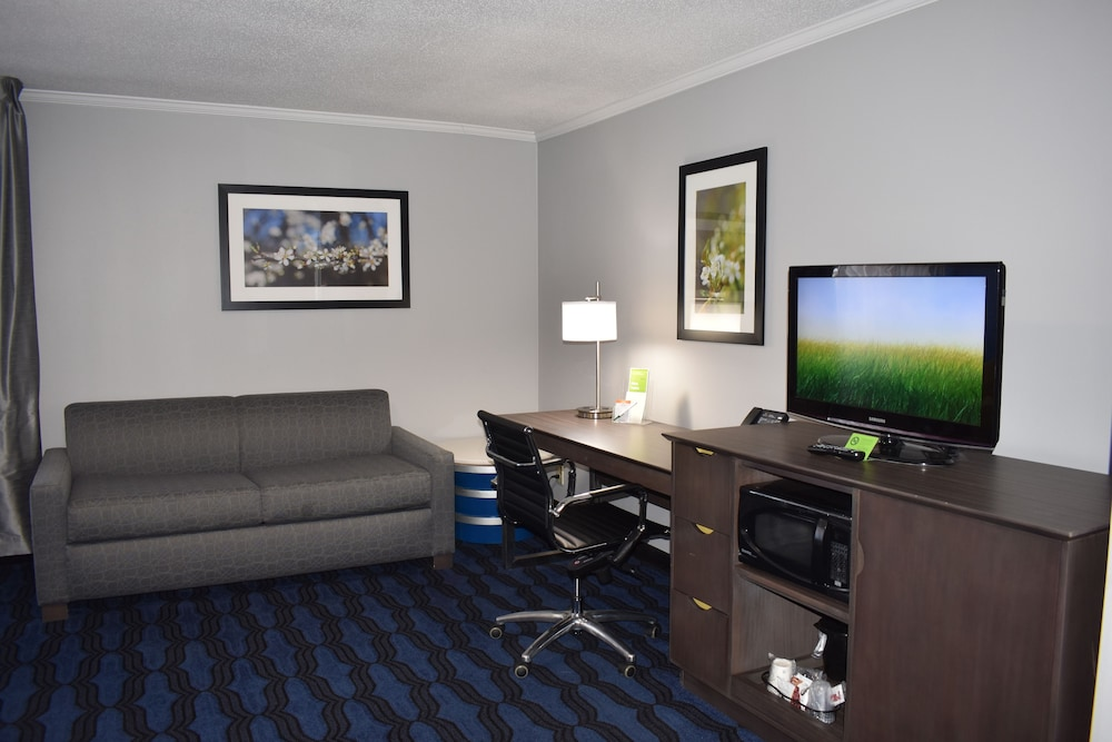 Living Area, La Quinta Inn by Wyndham St. Louis Hazelwood - Airport North