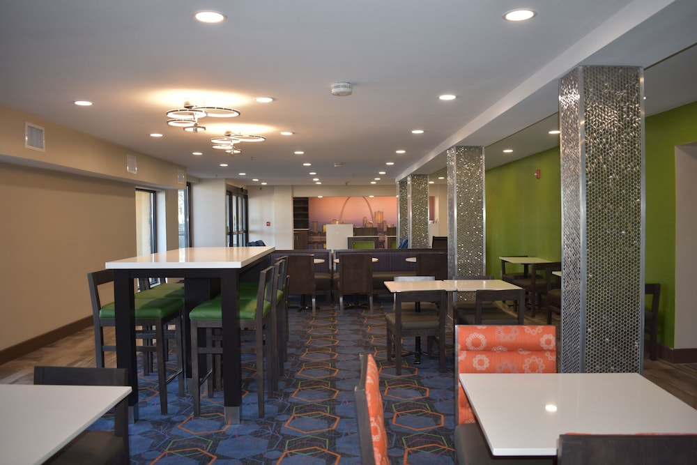 Breakfast Area, La Quinta Inn by Wyndham St. Louis Hazelwood - Airport North
