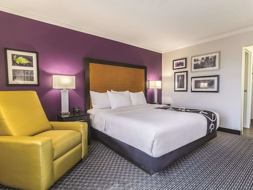 La Quinta Inn & Suites by Wyndham Cleveland - Airport North