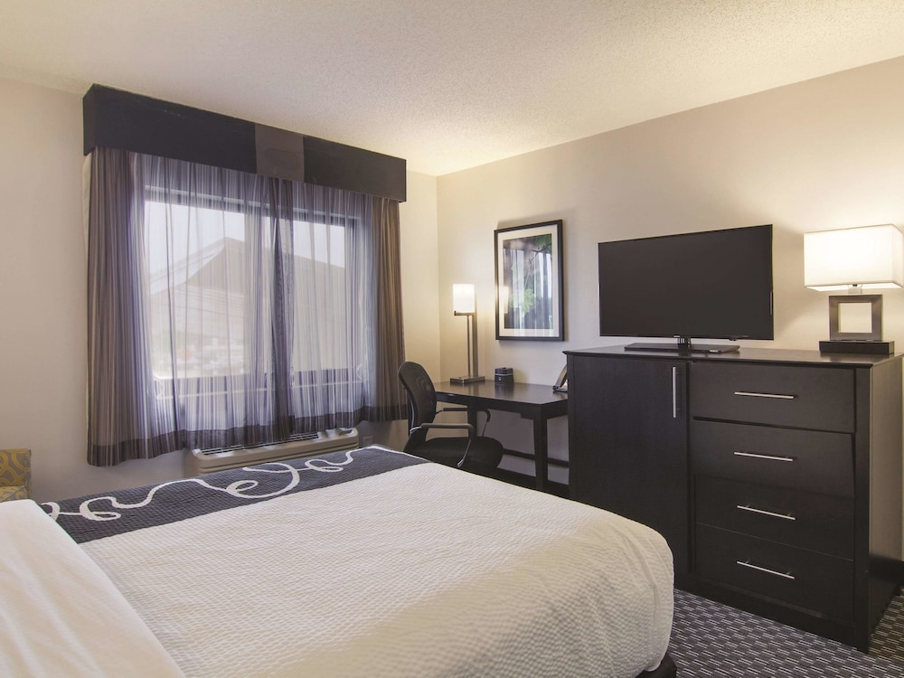 Room, La Quinta Inn & Suites by Wyndham Cleveland - Airport North