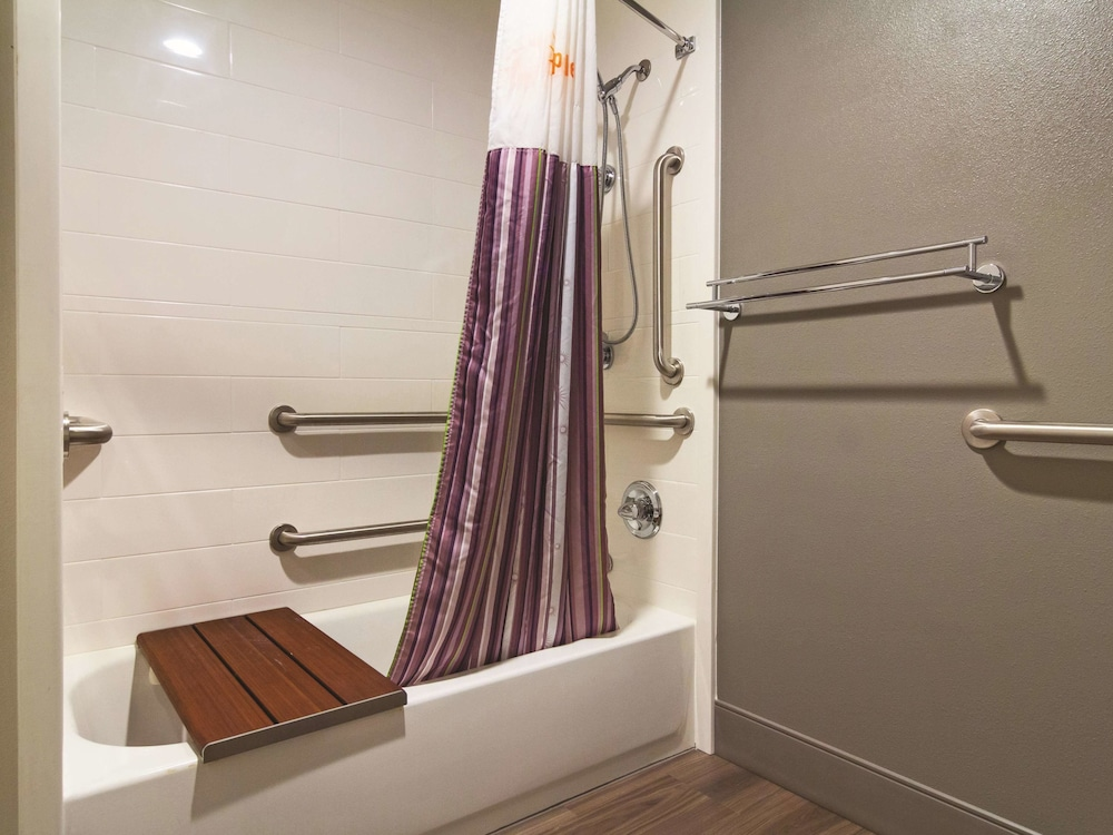 Bathroom, La Quinta Inn & Suites by Wyndham Cleveland - Airport North