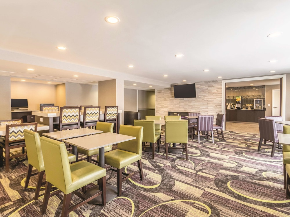 Breakfast Area, La Quinta Inn & Suites by Wyndham Cleveland - Airport North
