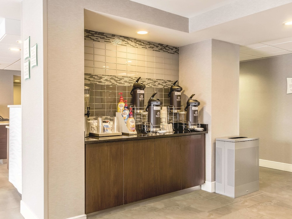 Lobby, La Quinta Inn & Suites by Wyndham Cleveland - Airport North