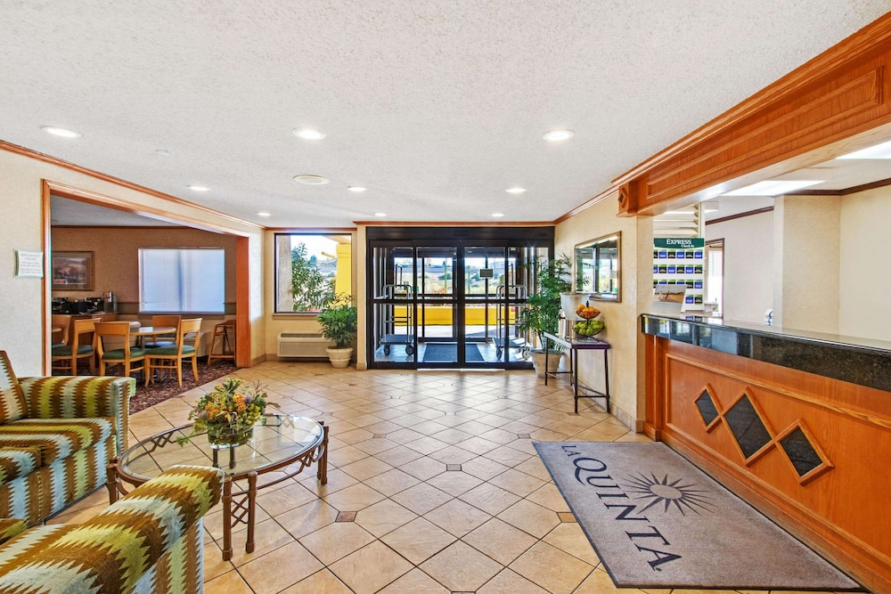 Lobby, La Quinta Inn & Suites by Wyndham Albuquerque Journal Ctr NW