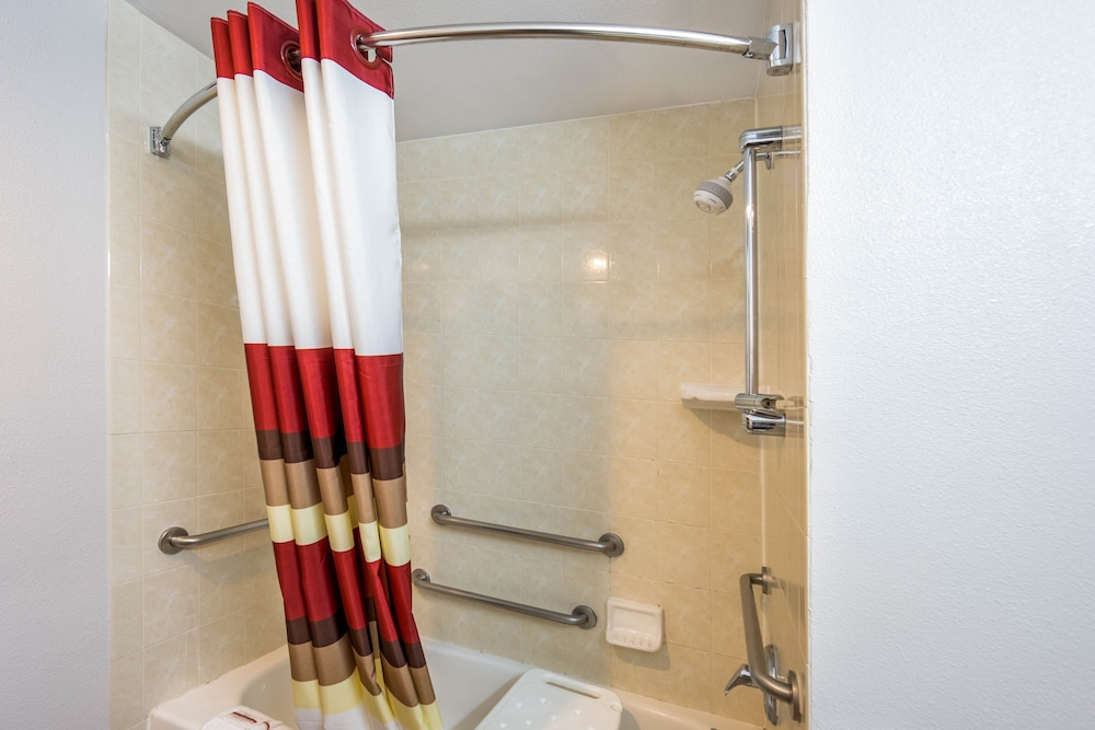 Accessible bathroom, Red Roof Inn & Suites Medford - Airport