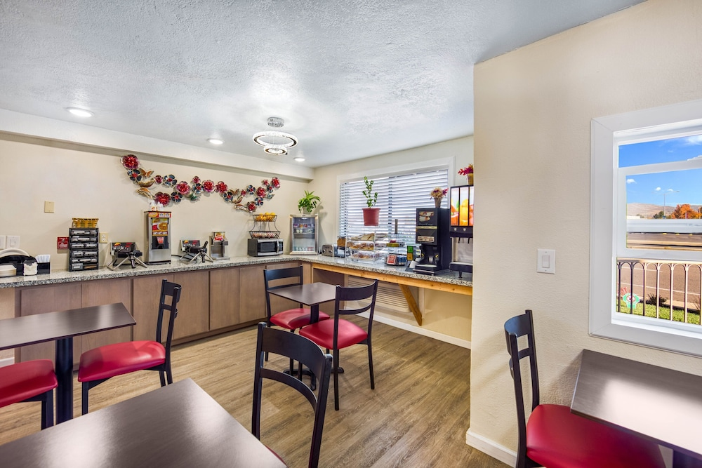 Dining, Red Roof Inn & Suites Medford - Airport
