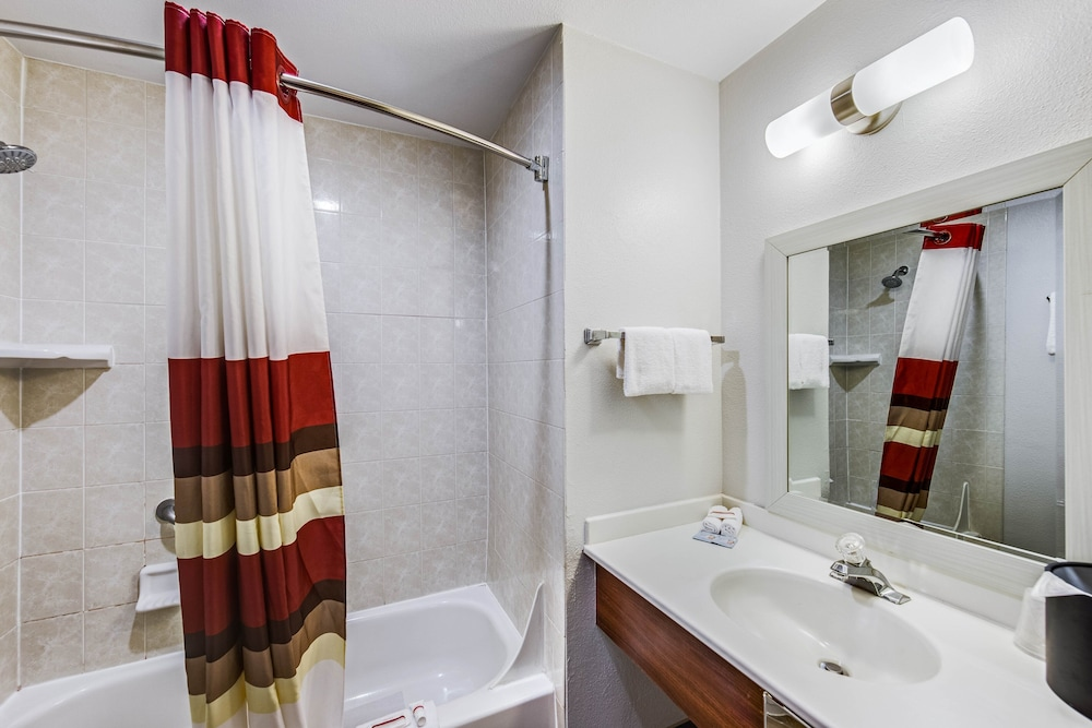 Bathroom, Red Roof Inn & Suites Medford - Airport