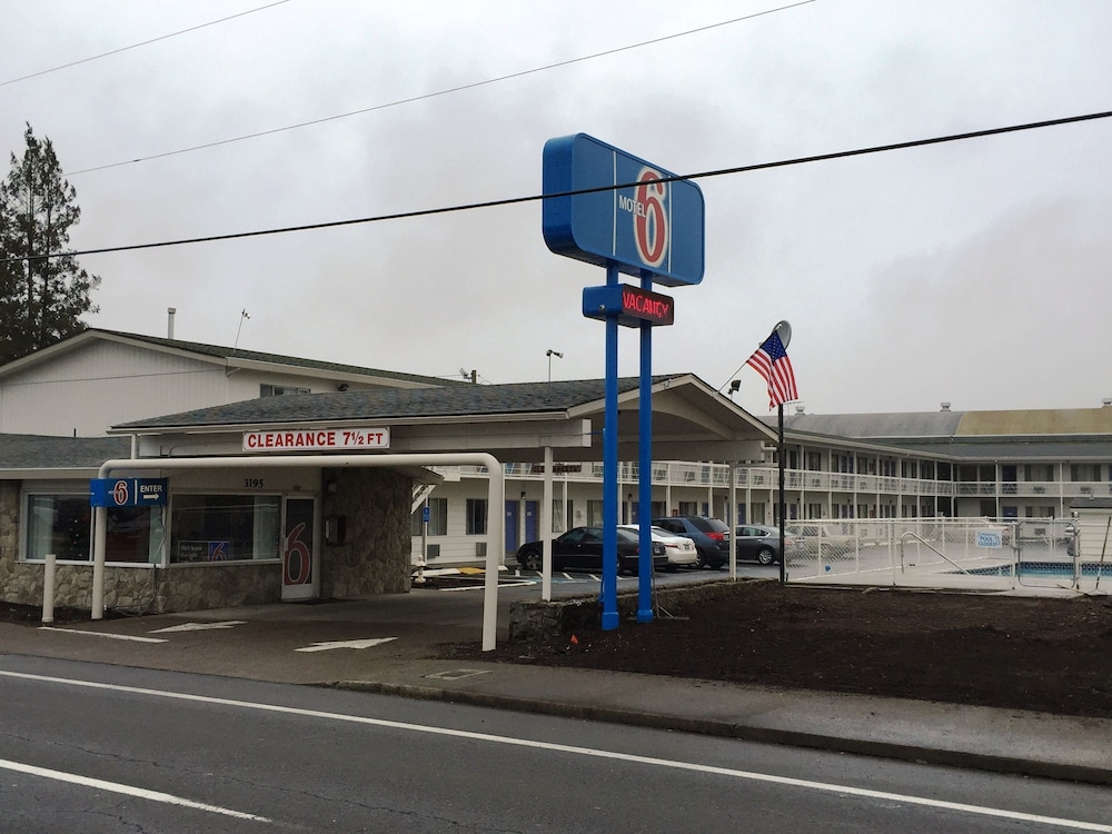 Front of Property, Motel 6 Salem, OR - Expo Center
