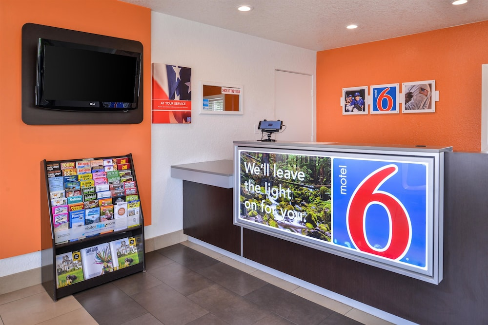 Lobby, Motel 6 Salem, OR - Expo Center
