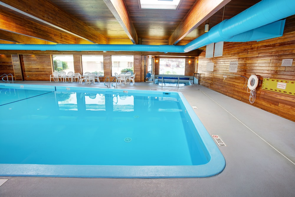 Pool, Country Inn & Suites by Radisson, Traverse City, MI